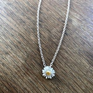 Adorable silver daisy necklace NWOT 🌻